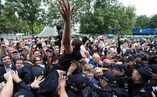 Protest pod Sejmem ws. nowelizacji ustaw o sądach: Słychać okrzyki 'Wolność, równość, demokracja' i 'Konstytucja'