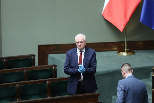 """""""Druga faza walki z epidemią powinna polegać na tym, że otaczamy szczególną opieką, jak też izolacją, grupy najbardziej zagrożone, a więc seniorów i osoby z chorobami współistniejącymi, natomiast reszta z nas musi brać na siebie odbudowywania Polski z gruzów"""" - powiedział."""
