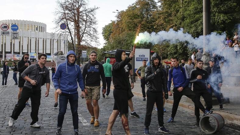 """Do pierwszych zamieszek doszło już dzień przed meczem. Ukraińskie media informowały, że w centrum Kijowa doszło do """"ustawki"""" chuliganów miejscowego Dynama i Legii. Jednak zupełnie inaczej sytuacje przedstawiają polscy dziennikarze, którzy byli w stolicy Ukrainy."""