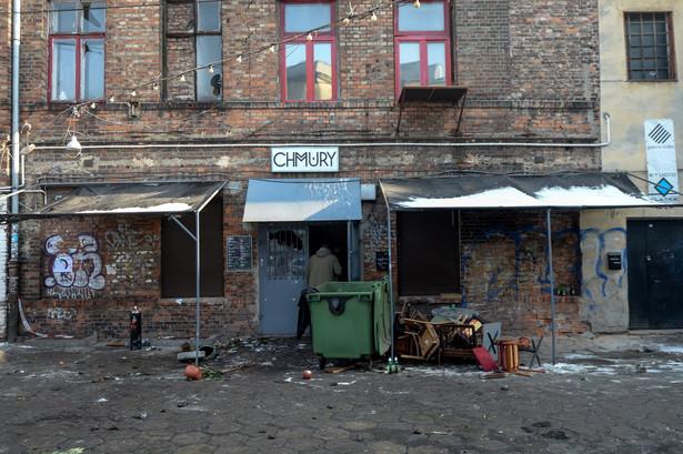 Policja pracuje na terenie Klubu Chmury i Hostelu Fabryka na ulicy 11 listopada w Warszawie.