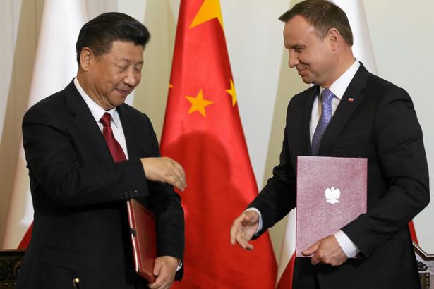 Rok 2016. Andrzej Duda i Xi Jinping podczas podpisania umów