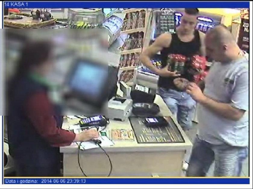 Gliwice. Poszukiwani kieszonkowcy robią zakupy w sklepie przy ul. Dąbrowskiego