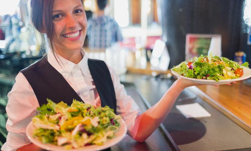 Kelner może liczyć na 14 zł na godzinę plus napiwki.