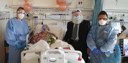 Para seniorów wzięła ślub na szpitalnym oddziale Covid-19