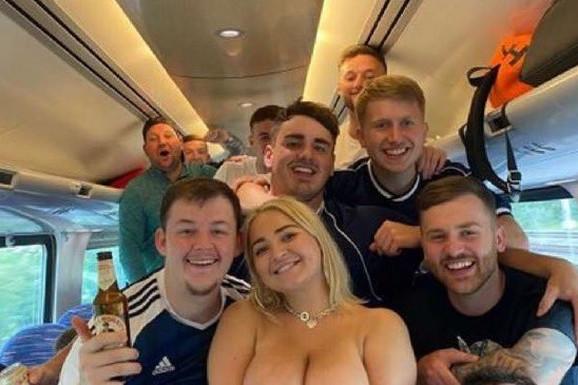 Bez cenzure! Euro2020 ludilo, navijačica u putničkom vozu SKINULA MAJICU i oslobodila grudi pred svima, sliku ekspresno uklanjaju sa mreža /FOTO/