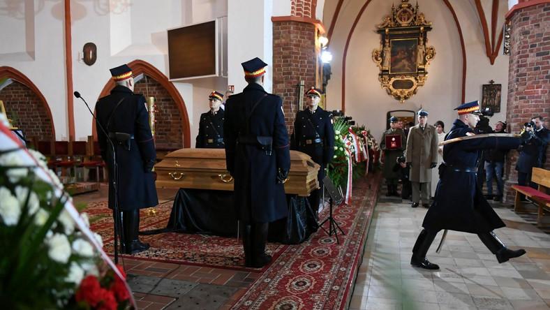 """""""Pożegnaliśmy naszą diecezjankę, która przekroczyła granice tej diecezji i służyła Polsce. Słów dzisiaj padło pięknych wiele"""" – podkreślił biskup diecezji koszalińsko-kołobrzeskiej ks. Edward Dajczak, który przewodniczył uroczystościom pogrzebowym. Dziękował też wszystkim, którzy uczestniczyli w ostatniej drodze Jolanty Szczypińskiej."""