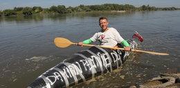 Kajakiem z patyków płynie przez Polskę. Chce pomóc dzieciom