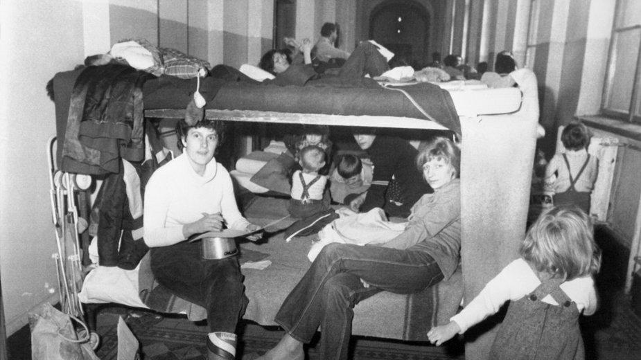 Polscy uchodźcy, którzy przybyli do Austrii po wprowadzeniu stanu wojennego.  15 grudnia 1981 r. w obozie dla uchodźców Traiskirchen