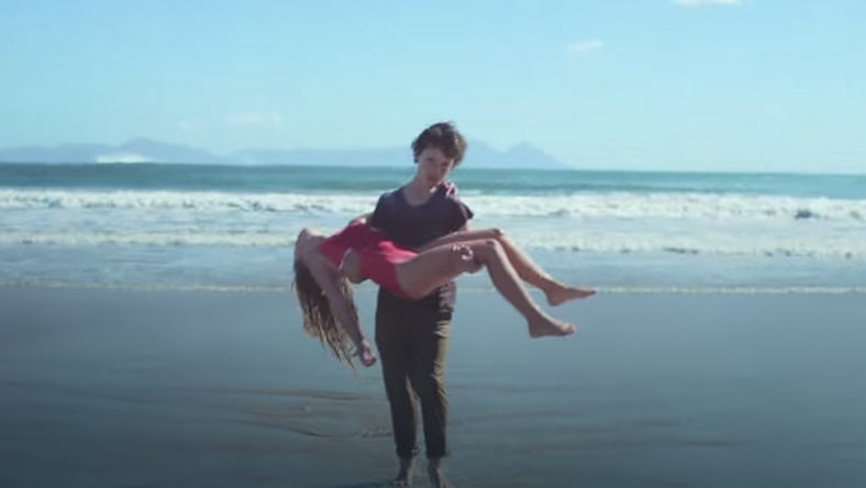 Chłopiec ratuje tonącą dziewczynkę