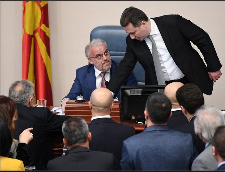 ХАОС У СОБРАЊУ Обезбеђење стало између Џафарија и Груевског, Иванов одбио да потпише закон који уводи албански као ДРУГИ ЈЕЗИК (ФОТО, ВИДЕО)
