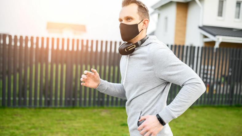 Mężczyzna w maseczce biegnie