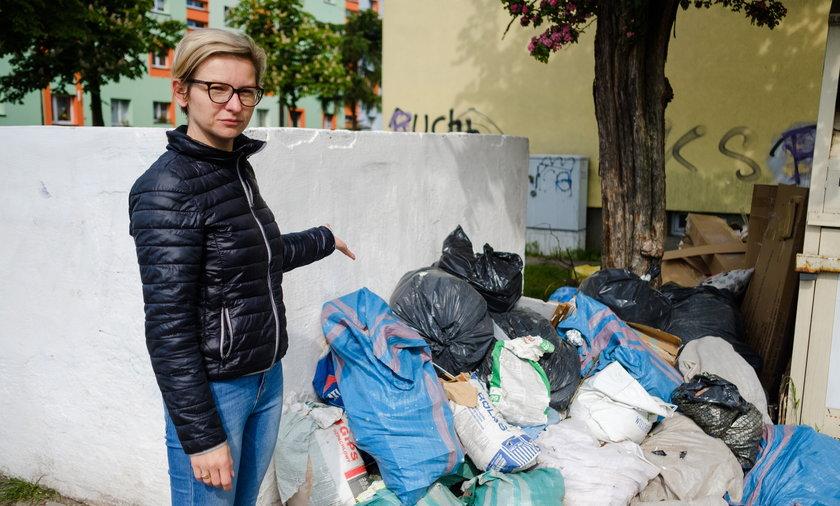 Anna Dreszer (36l.) z Rudy Śląskiej pokazuje na górę śmieci przy jednym z bloków.