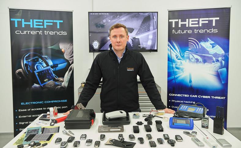 """Richard Billyeald, główny specjalista ds. technicznych w Thatcham Research i sprzęt stosowany do """"testowych"""" kradzieży aut"""