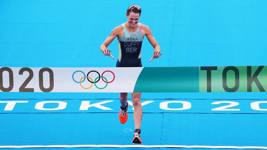 Flora Duffy wbiega pierwsza na metę olimpijskiego triathlonu w Tokio