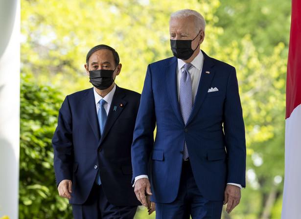 Premier Suga był pierwszym zagranicznym przywódcą, którego do Waszyngtonu zaprosił Biden. Prezydent USA chciał w ten sposób podkreślić kluczową rolę, jaką Japonia odgrywa w jego strategii wobec Państwa ŚrodkaDostawca: PAP/EPA.