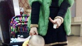 """Internauci są oburzeni: matka """"dla żartu"""" trzymała niemowlę w torebce"""