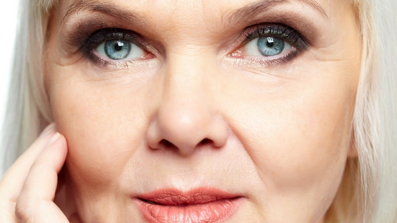Czy makijaż może zamaskować opadającą powiekę?