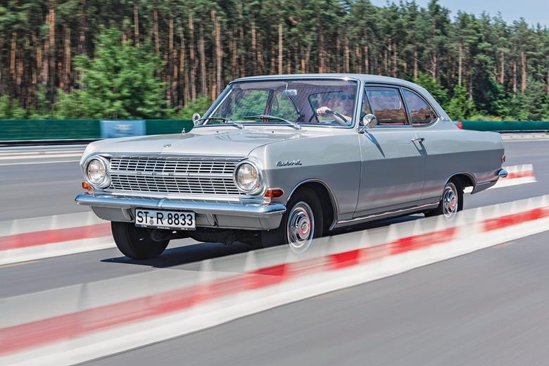 """Dużo silnika, mało auta – tak przed 50 laty Opel """"przyrządził"""" swoje pierwsze Gran Turismo.Wynik Rekorda wygląda dobrze, ale auto nie jeździ specjalnie wybitnie. Mimo to Rekord robi wrażenie"""