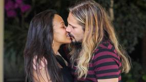 Ciężarna Zoe Saldana całuje się z mężem