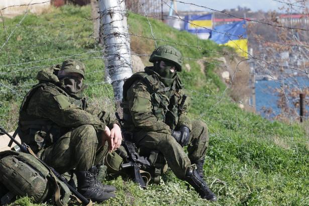 Żołnierze - najprawdopodobniej rosyjscy - na Krymie. Fot. EPA/ZURAB KURTSIKIDZE/PAP/EPA