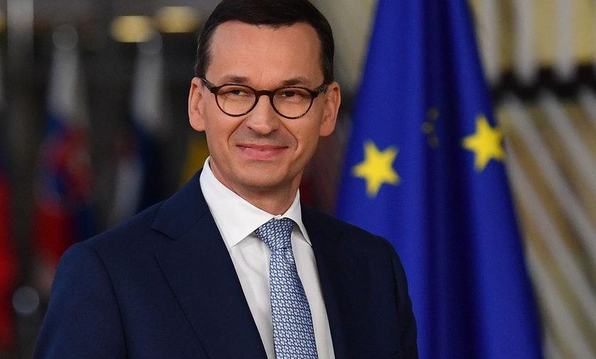 Premier Mateusz Morawiecki chwali się dodatkowymi miliardami w budżecie. I daje podwyżki.