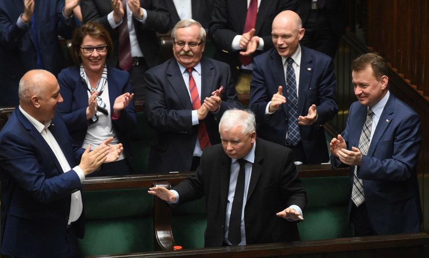Kaczyński jest równy papieżowi?