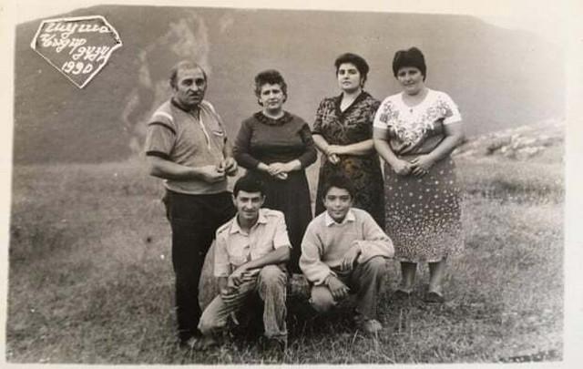 Hagigat Hadžijeva (gornji red, druga sleva) s porodicom