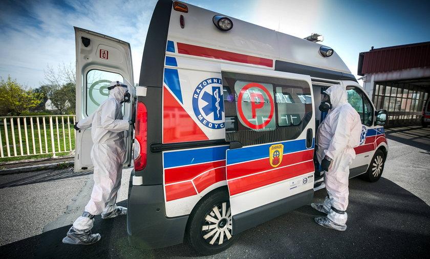 Zakazeni koronawirusem przywiezieni do szpitala zakaznego w Raciborzu.
