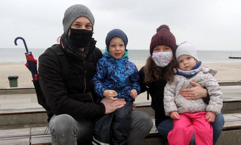 Anna (37 l.) i Krzysztof (34 l.) Wawrzyniak z synem Antonim (4 l.)  i córka Marią (3 l.) z Poznania
