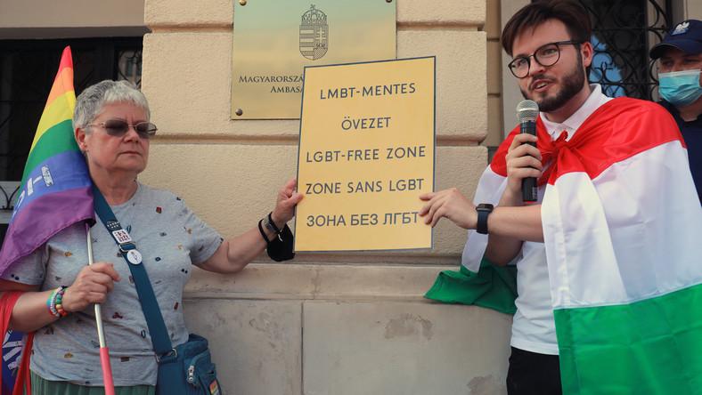 Katarzyna Augustynek i Bart Staszewski podczas protestu pod ambasadą Węgier