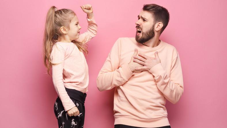Dziewczynka podnosi rękę na ojca