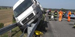 Przerażające zdjęcia z wypadku. Bus zawisł na barierach