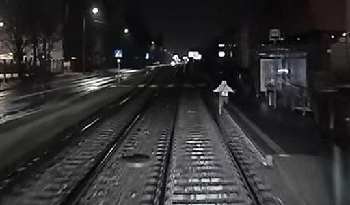Nagranie z przystanku w Poznaniu mrozi krew w żyłach! Kobieta wpadła prosto pod tramwaj
