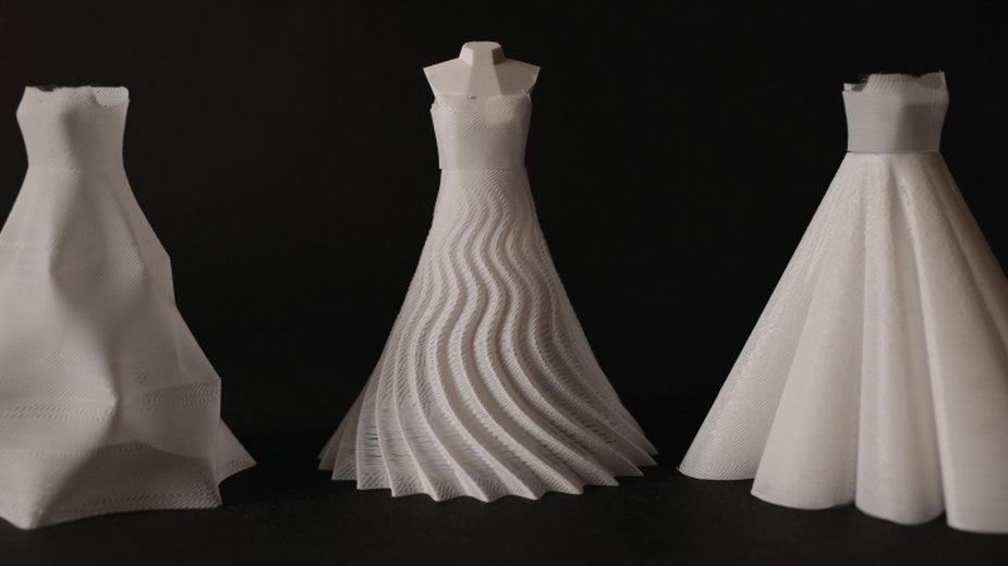 Trzy miniaturowe sukienki o wysokości 140 cm wydrukowane z materiału PLA