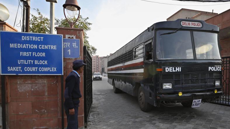 Autobus z oskarżonymi o gwałt wyjeżdża z sądu