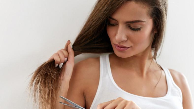 Kobieta obcina włosy