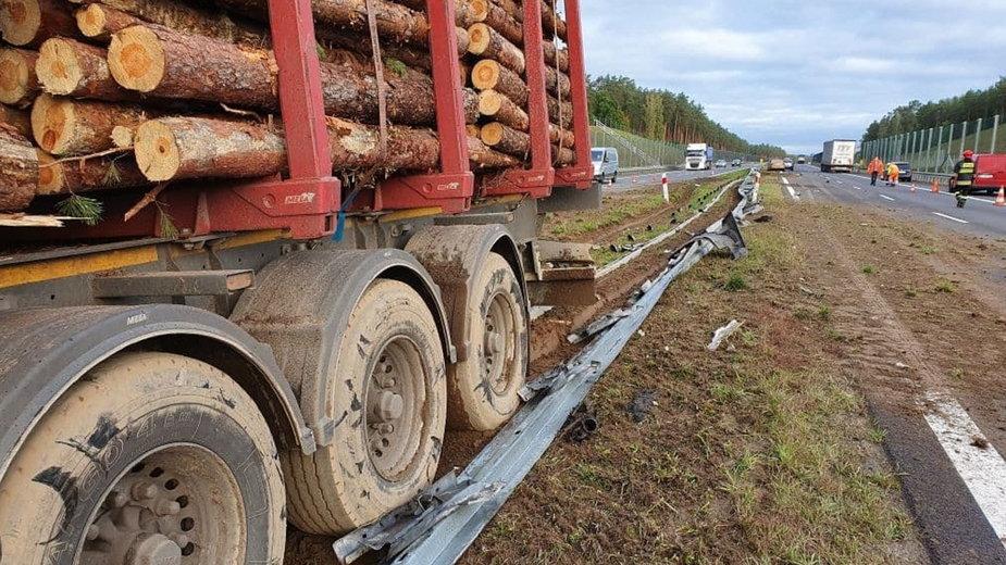 Ciężarówka zniszczyła blisko 100 metrów barierek