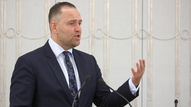 Kandydat na prezesa Instytutu Pamięci Narodowej dr Karol Nawrocki na sali obrad podczas drugiego dnia posiedzenia wyższej Izby Parlamentu w Warszawie.