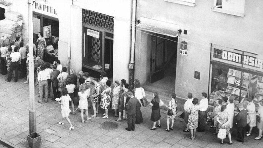 W czasach PRL, aby coś kupić, trzeba było stać w gigantycznych kolejkach - domena publiczna