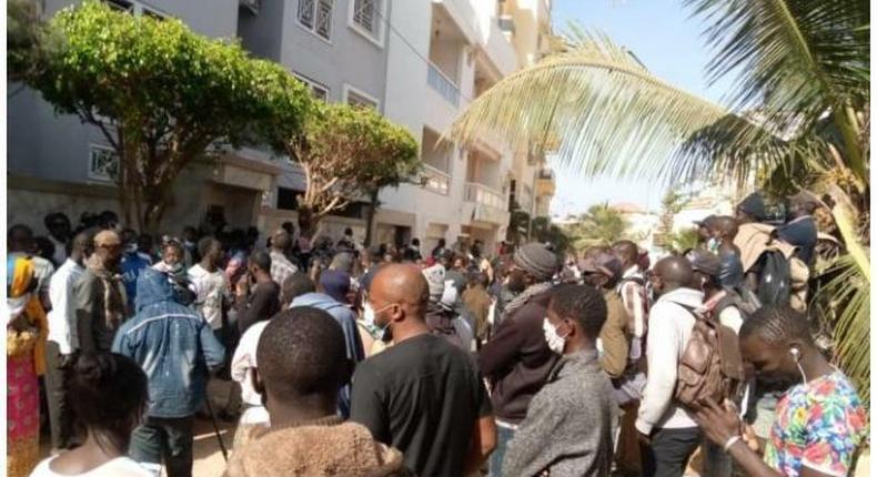 Mobilisation des partisans d'Ousmane Sonko devant sa demeure