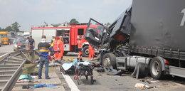 Tragedia na A4! Ciężarówka z koparką staranowała auta