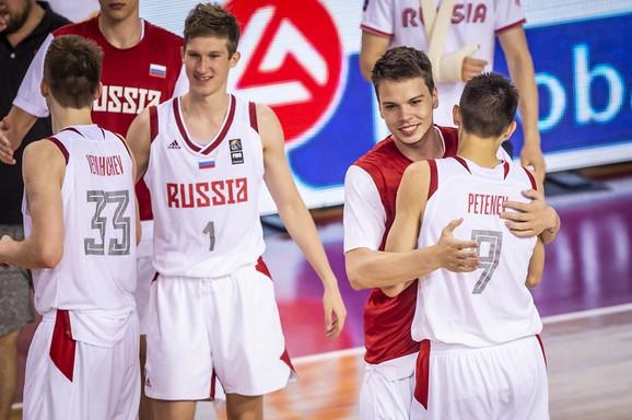 Juniorska košarkaška reprezentacija Rusije slavi pobedu nad Srbijom