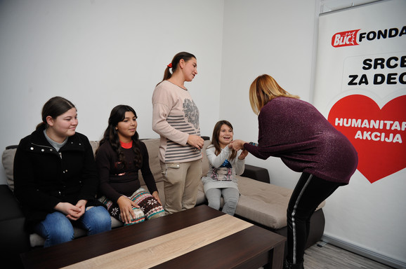 Direktorka Blic Fondacije Ljiljana Knežević sa porodicom Mitrović