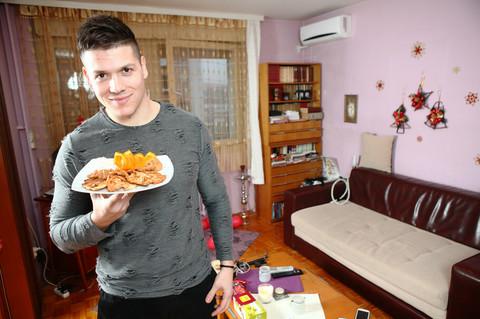 """Sloba je pre """"Zadruge"""" živeo u ovom stanu, a detalj na frižideru govori koliko mu je značila Kija!"""