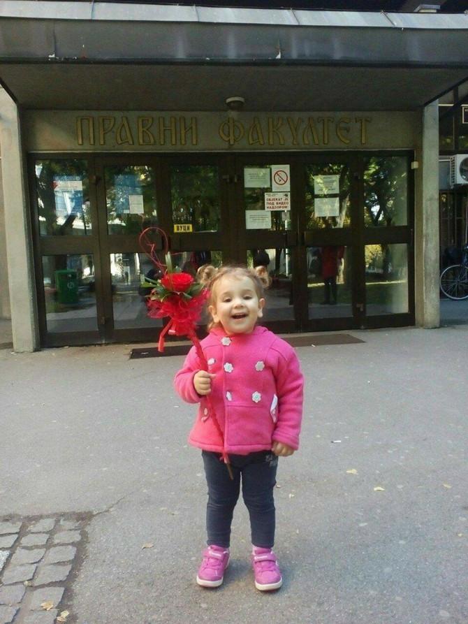 Duškina ćerka ispred Pravnog fakulteta