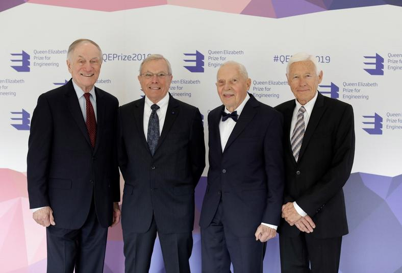 Nagrodzeni nagrodą imienia królowej Elżbiety dla inżynierów: The Queen Elizabeth Prize for Engineering. Od lewej: Richard Schwartz, Bradford Parkinson, James Spilker i Hugo Fruehauf.
