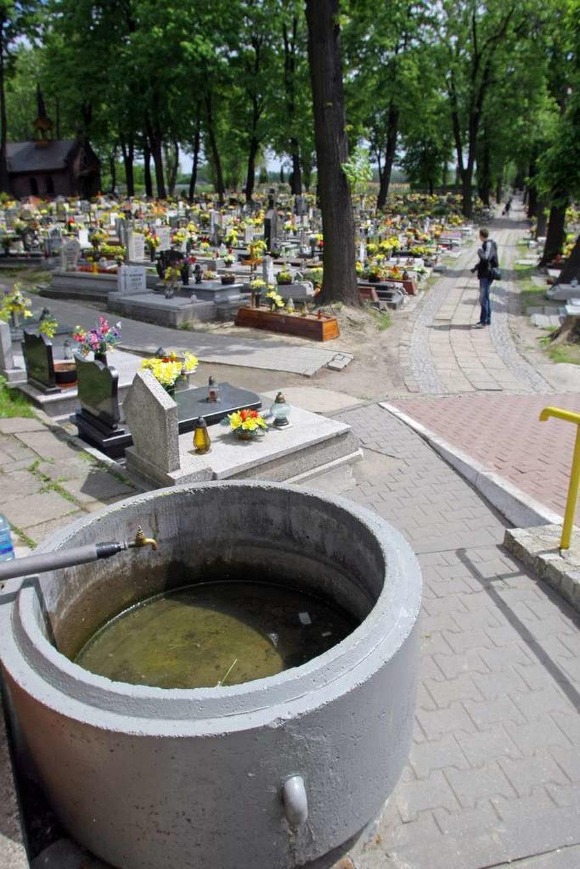 Cmentarz w Bytomiu gdzie wodę trzeba kupiić