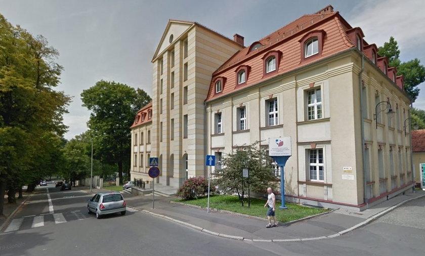 Pacjentka wypadła z okna szpitala przy ul. Batorego w Wałbrzychu.