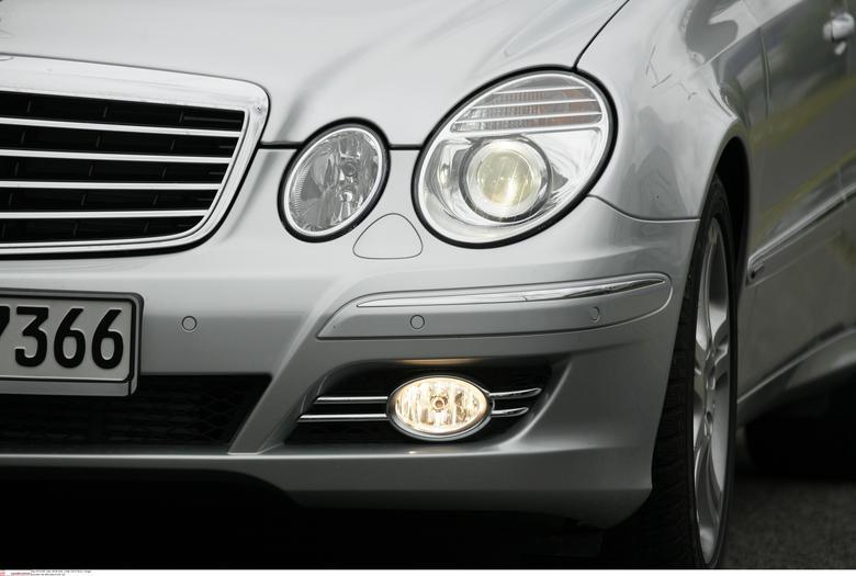 Przednie światła przeciwmgielne można używać w warunkach dobrej przejrzystości powietrza, ale tylko na drogach krętych!
