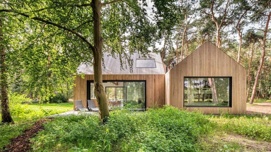 Zbudowali go w lesie. Rodzinny dom jak rozsypane klocki z drewna